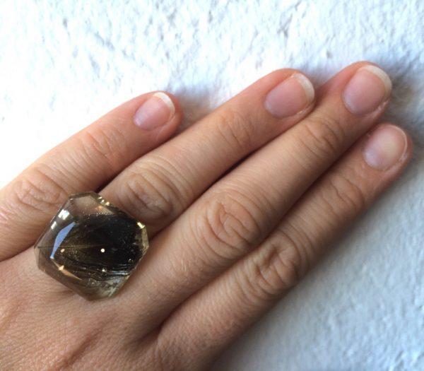 Bague en resine façonnee pierre precieuse plume noire.